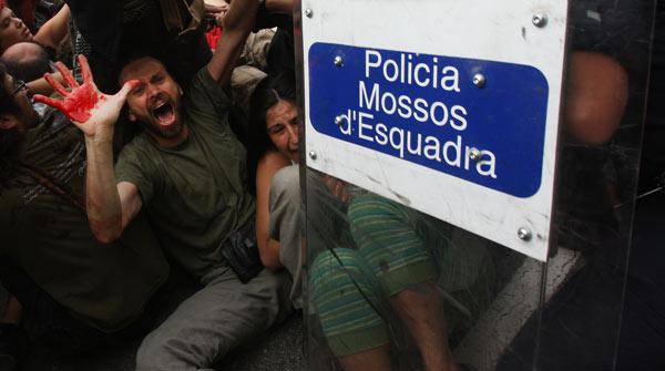 La policía carga contra los acampados que impedían salir a los camiones de la limpieza