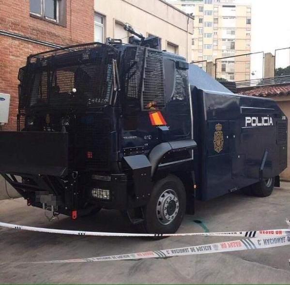 La Policía recibe el nuevo camión con cañón de agua para las manifestaciones más violentas -...